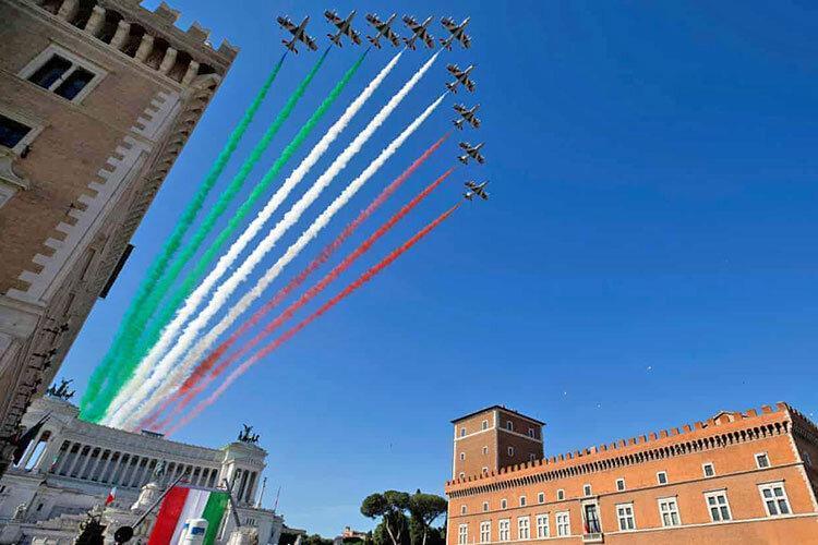 تصاویر ، هنرنمایی خلبانان در آسمان رم به مناسبت روز ملی ایتالیا