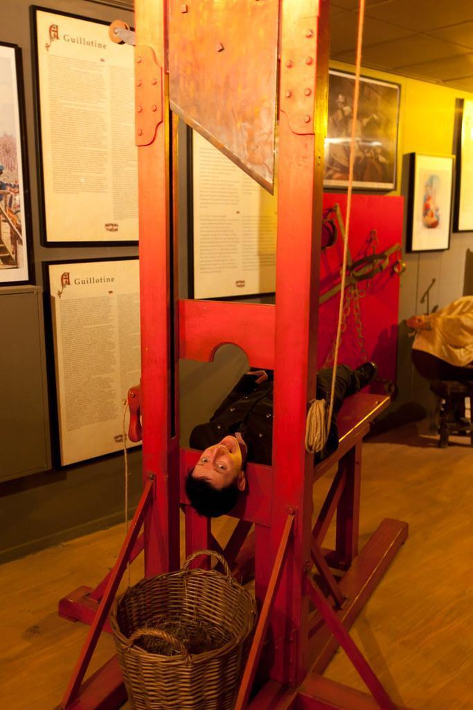 در موزه شکنجه آمستردام، گیوتین را از نزدیک ببینید، عکس