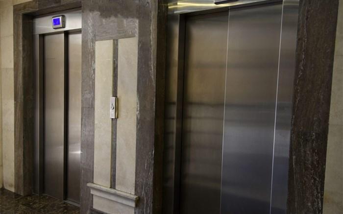 توصیه های کرونایی؛ تعداد افراد در آسانسور باید محدود باشد