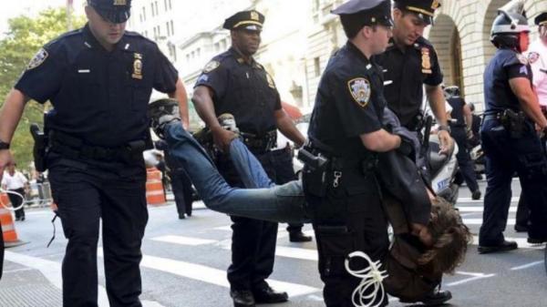تعلیق افسر آمریکایی که یک زن را مقابل کنگره هدف گرفته بود